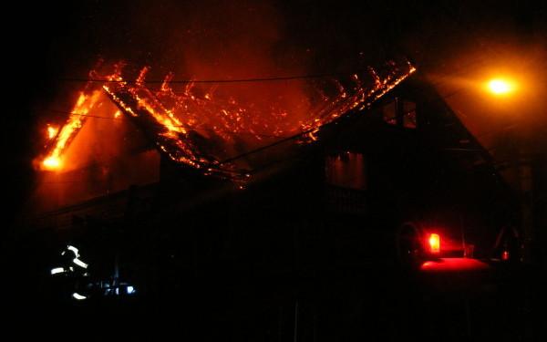 Incendiu la o casă din Aiud. Pompierii intervin pentru stingerea focului