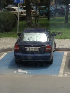 masina Guvernului pe locul de handicapati-1