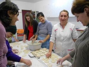 """Doamne cu dizabilități au gătit pentru copiii de la Aşezământul social """"Sfântul Vasile cel Mare"""" din Alba Iulia"""