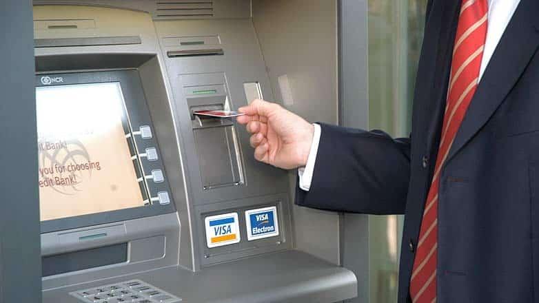 Ce comisioane percep bancile pentru retragerea numerarului