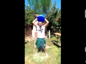"""VIDEO: Fenomenul """"Ice Bucket Challenge"""" a contaminat ALBA. Zeci de tineri au acceptat provocarea de a-şi turna apă cu gheaţă în cap, în scop umanitar"""
