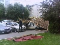 Opt mașini avariate la Ocna Mureș. O parte din acoperișul unui bloc s-a prăbușit din cauza vântului